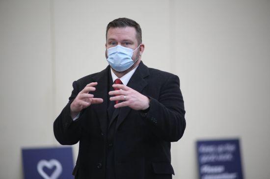 """Director de salud en el condado de Kent """"destrozado"""" por amenazas vinculadas a orden de máscaras"""